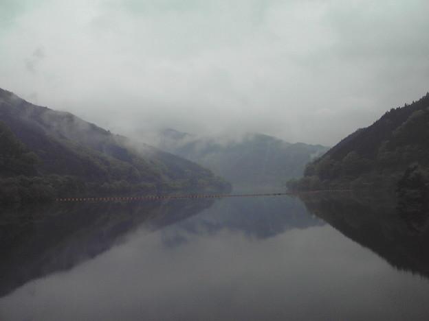 霧のかかる矢作第一ダムへやって来ました。満水状態です。