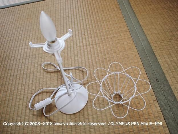 付属していたカバーを外し、針金で出来た電球カバーに白く塗った。DIY電気スタンド 047