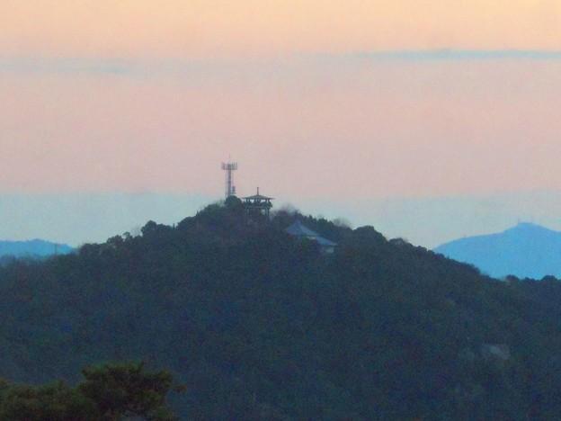 初日の出前の浄土寺山展望台と不動岩(右下)
