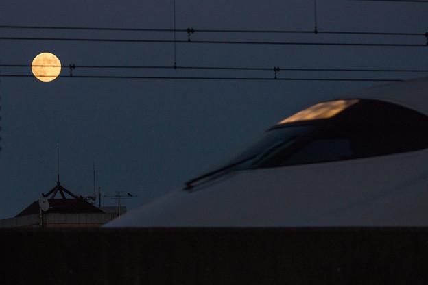 新幹線と満月