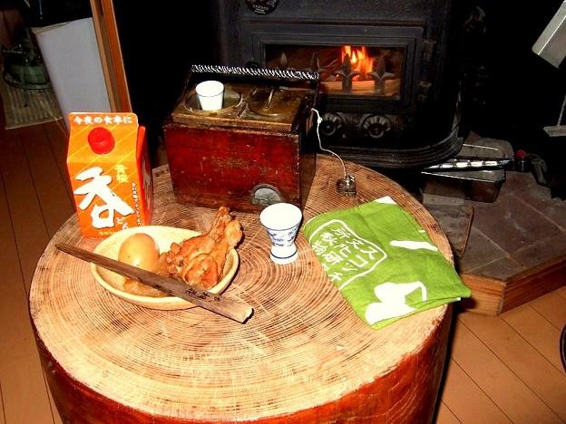 臼をテーブルにして燗銅壺