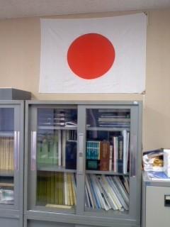 きちんと国旗を掲揚(鎌倉みらい 会派事務室)。