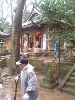 作業中の境内(熊野神社)。