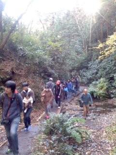 行進中(11月30日、かまくら巡り)