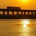写真: 水面に夕陽が光る頃 @鹿島臨海鉄道大洗鹿島線 常澄-大洗 2013/05/05
