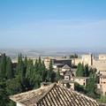 グラナダ:ヘネラリーフェ・スルタナの中庭の東側階上からアセキアの中庭越にアランブラ宮殿