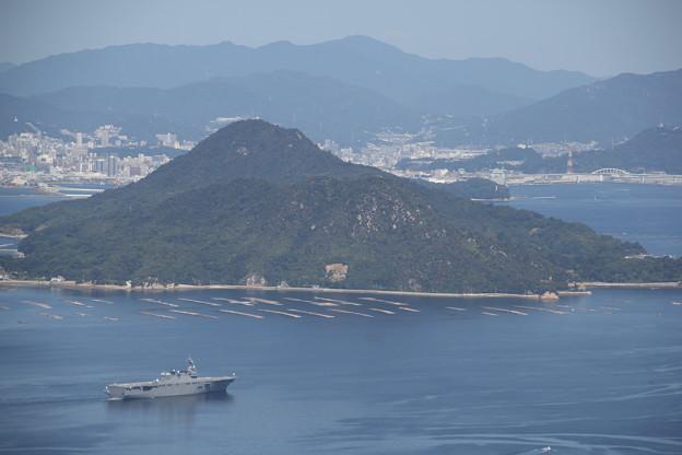 安芸小富士、牡蠣筏と輸送艦を添えて