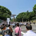 Photos: 靖国神社へ向かう人々
