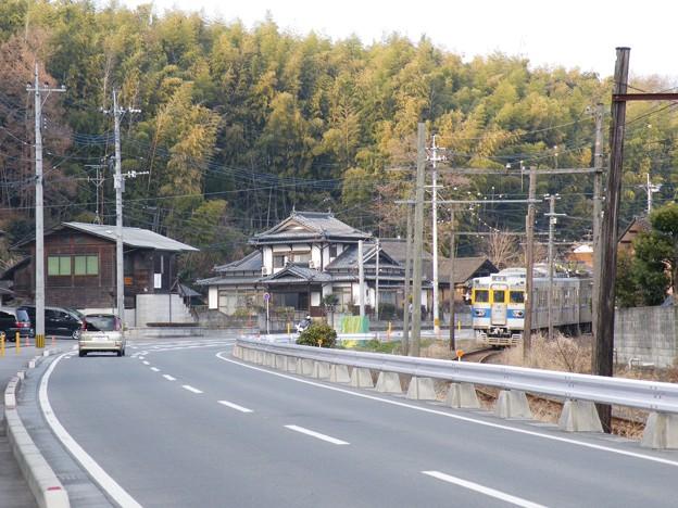 合志市須屋の昔からの集落を走るきくち電車。
