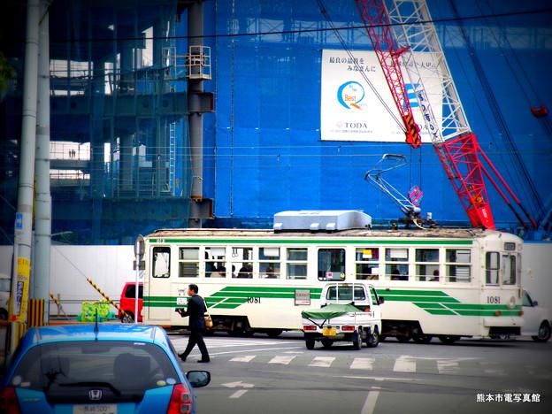 再開発中の熊本駅前を走る市電。