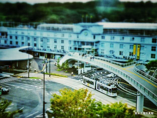 くまもと森都心プラザから熊本駅前広場を眺める。