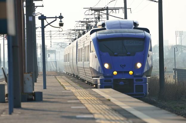 三毛門駅をパスする883系ソニック