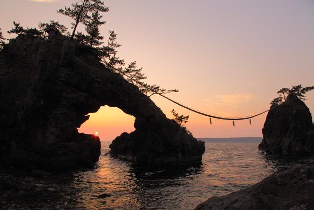 機具岩(はたごいわ) 岩穴に沈む夕陽(2)