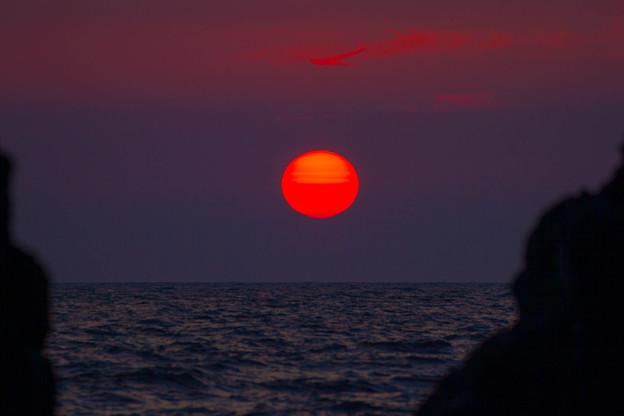 機具岩から夕陽  真っ赤に染まって♪