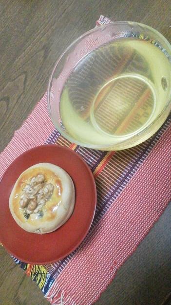 フォト蔵昨日に引き続き旬月 神楽さんのお菓子。胡桃饅頭。お茶はおばあちゃん...アルバム: モバツイ (970)写真データフォト蔵ツイート