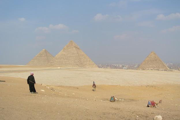 荒野の中の金字塔、果てに見ゆるは蜃気楼の街