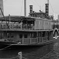 モノクロな風景・・門司港に浮かぶ水上レストラン