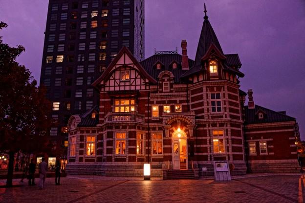 HDR 日が暮れてライトが点いて・・国際友好記念図書館建物
