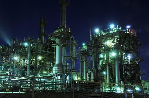写真: 京浜工業地帯の工場夜景 千鳥町 まるで不気味な要塞・・20130126