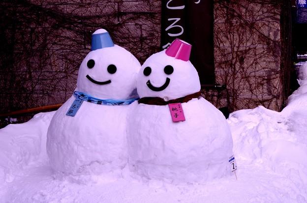 可愛い仲良く寄り添うカップル雪だるまさん・・小樽の町に