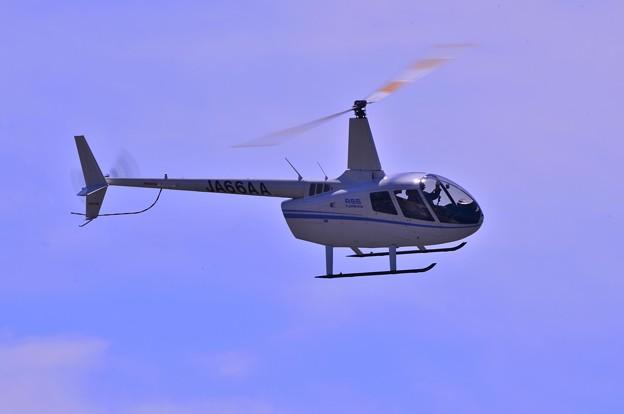 福島空港から小名浜港へBREITLINGジェットチームリーダー ボツラン氏を乗せて飛んできたヘリ・・20130512