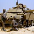 写真: T-55エニグマ+米兵2名