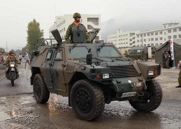 会場に向かう軽装甲機動車2L