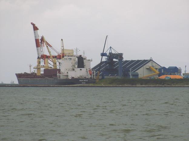 貨物船と上屋