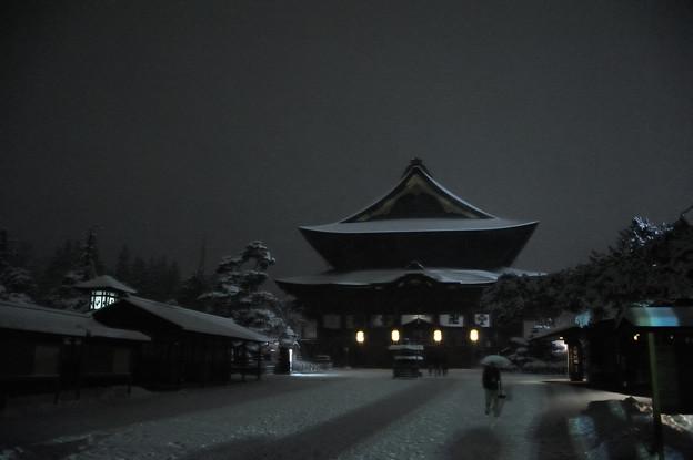 雪降る善光寺