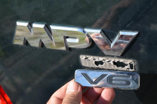 「V6」のエンブレム