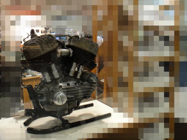 使えなくなったエンジンをディスプレイとして飾る
