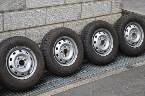 外したタイヤはわずか3ヶ月の使用でかなり汚れている