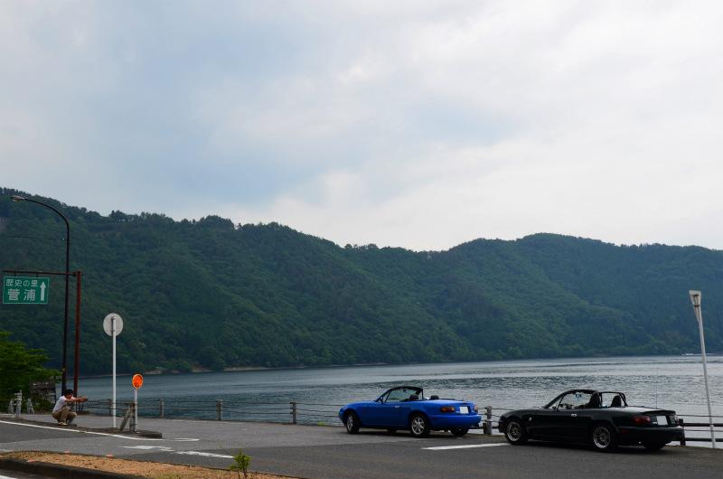 琵琶湖をバックにロードスターを撮影するほうせいさん