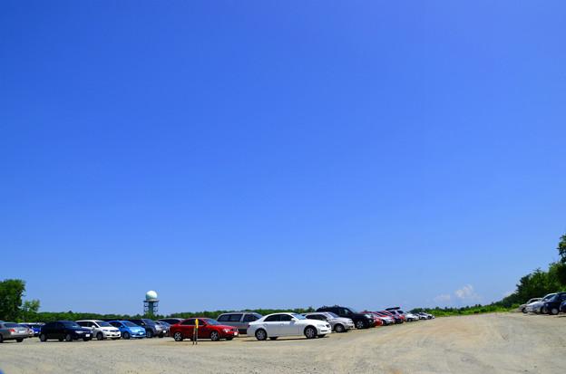 雨も太陽も遮るものが一切ない広大な駐車場