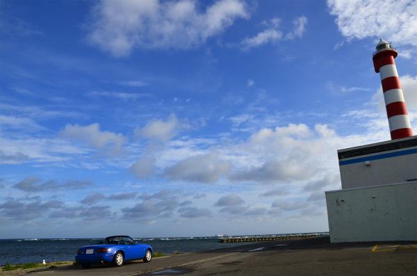 ノシャップ岬の灯台とマリナーブルーのロードスター