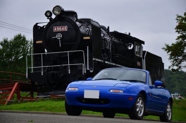 SL(蒸気機関車)とマリナーブルーのロードスター