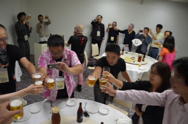 北海道のビールで乾杯してパーティーが本格的にスタート