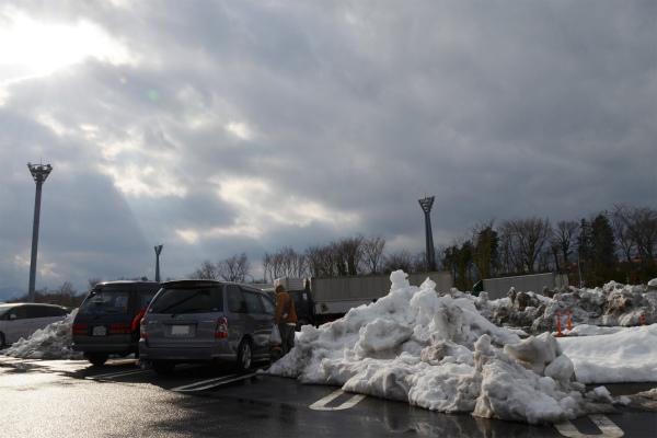 ミニバンよりも高く積み上げられた残雪で駐車スペースが不足がち