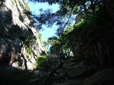 瑞牆山の手前から黒森分岐を見上げる