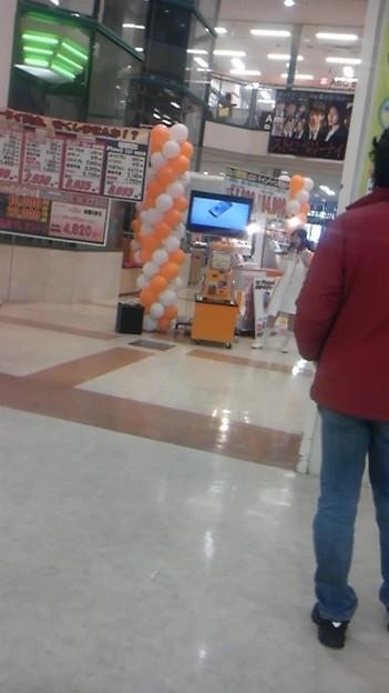 写真: スーパーのauブースで「ぎ...
